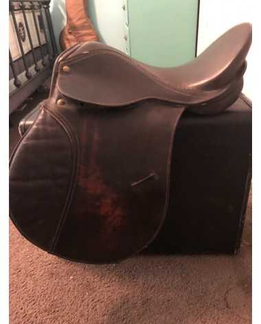 Gorgeous dark brown saddle! Don't miss out on this great deal